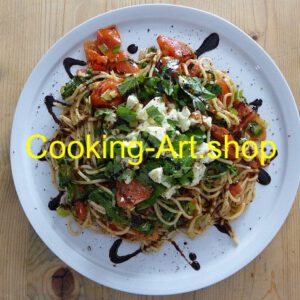 Heiße Kamut-Spaghetti unter kaltem Salat, klein